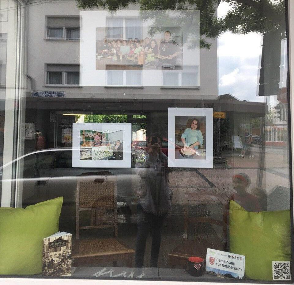 """Die Bilder der Ausstellung """"Miteinander"""" hängen!"""